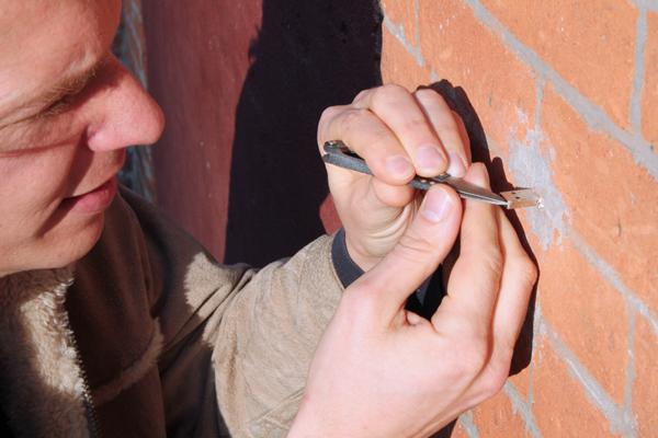 Asegurar usb a la pared con cemento o masilla