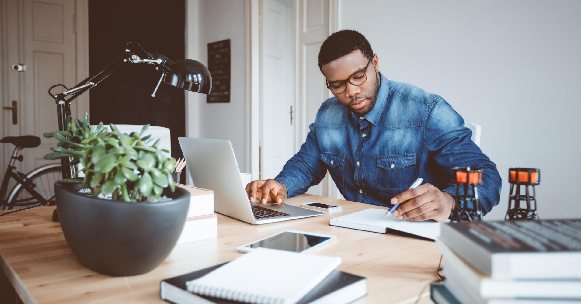 Persona usando ordenador por trabajo
